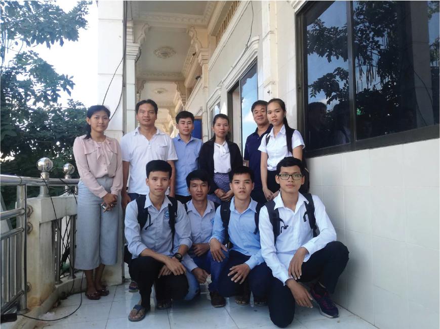 日本からの視察者と生徒たちの集合写真